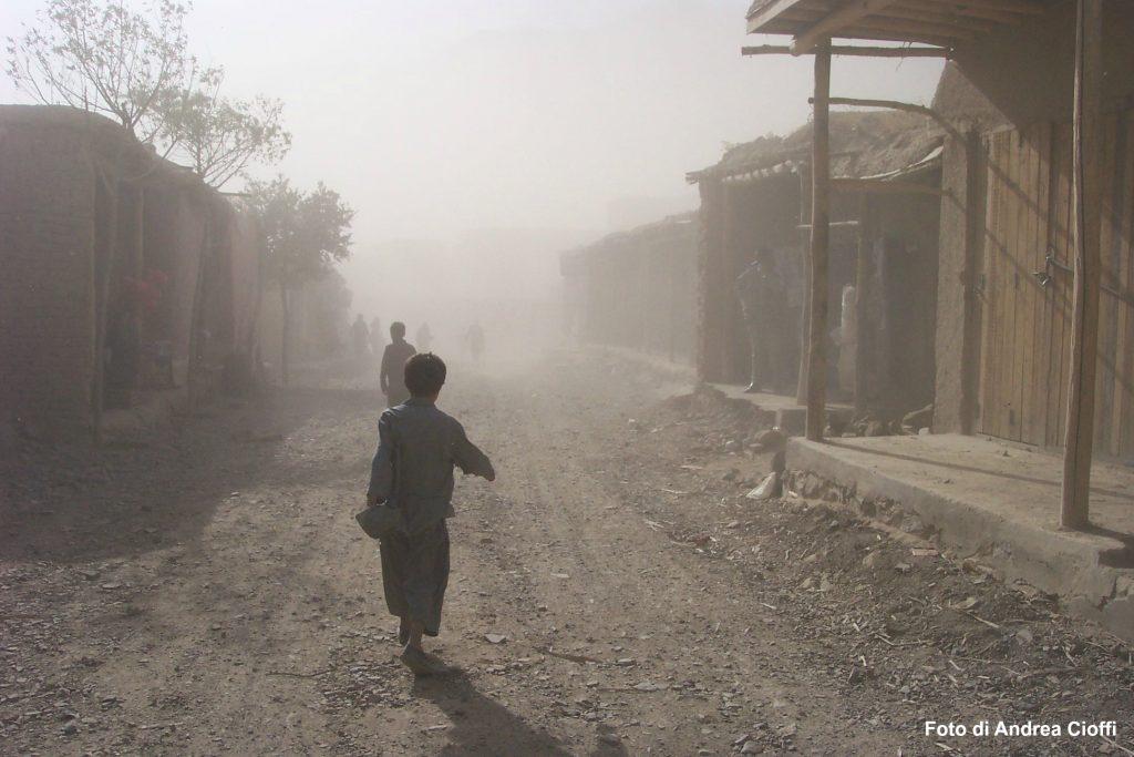 bambini nella polvere